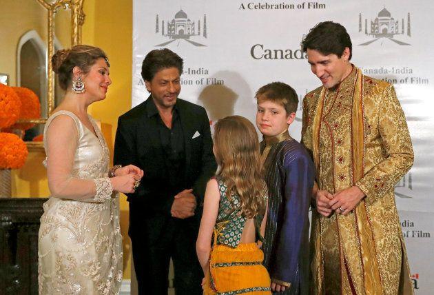 Justin Trudeau et sa famille posant avec l'acteur Shah Rukh