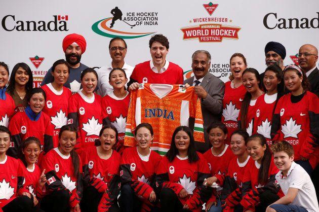 Justin Trudeau au côté d'une équipe de