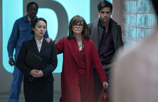 Le Dr. Greta Mantleray (Sally Field) vient prêter main forte au Dr. James K. Mantleray (Justin Theroux),...