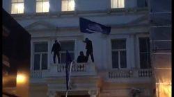 Le drapeau de l'ambassade d'Iran à Londres enlevé par des