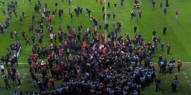 Ligue 1: des supporters envahissent la pelouse de Lille et s'en prennent aux