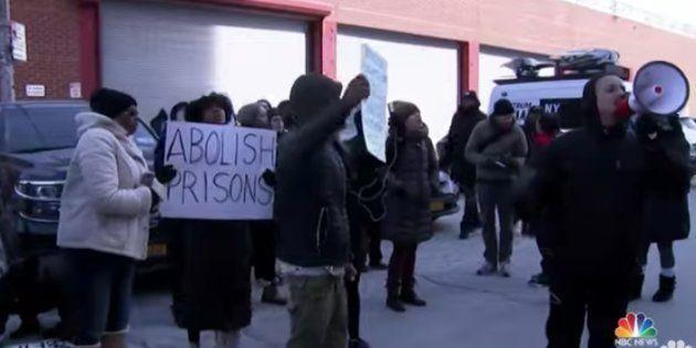 Manifestants portestant devant le Metropolitan Detention Center à