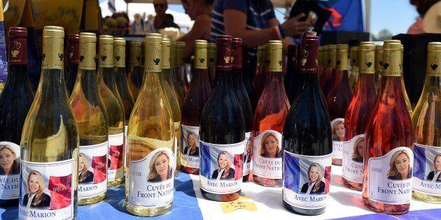 Des bouteilles de vin à l'effigie de Marine Le Pen lors d'une fête Bleu-Blanc-Rouge organisée par Marion...