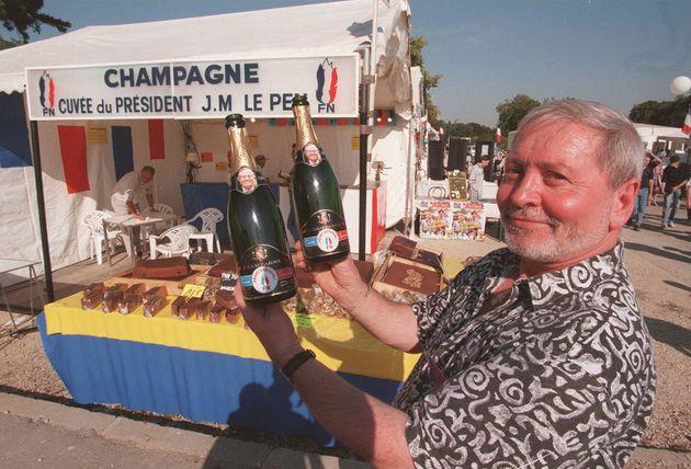 un militant du Front national montre deux bouteilles de la cuv�e du pr�sident du FN, Jean-Marie Le...