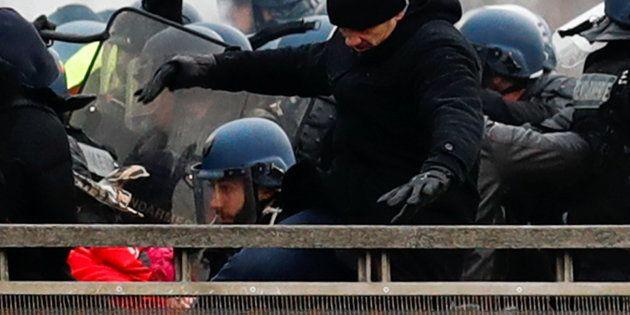 Christophe Dettinger durant son altercation avec les forces de l'ordre le 5 janvier à