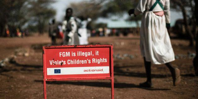Dans un village d'Ouganda, une pancarte prévient de l'interdiction des mutilations génitales féminines
