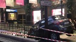 Une voiture s'encastre dans une sortie de métro devant les Galeries Lafayette à