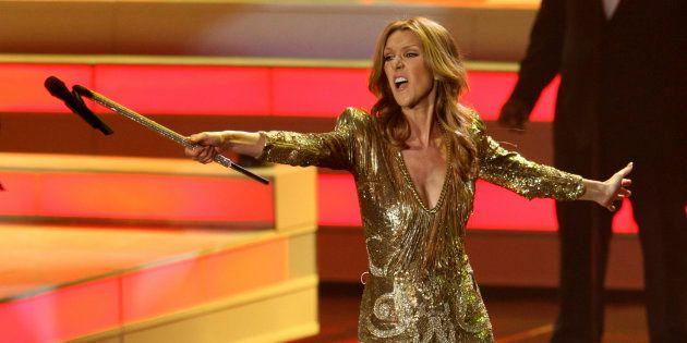 La chanteuse Céline Dion tend le micro à son public au Colosseum du Caesars Palace à Las Vegas, le 15...