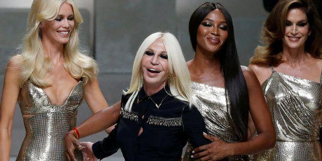 Donatella Versace avec Claudia Schiffer, Naomi Campbell, Cindy Crawford et Helena Christensen au défilé...