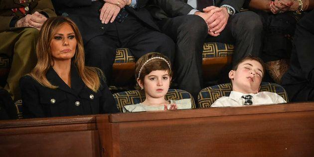 Joshua Trump s'est accordé une petite sieste à la Chambre des représentants lors du discours sur l'état...
