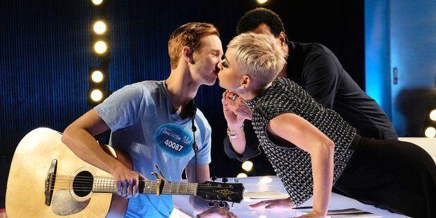 Katy Perry accorde à Benjamin Glaze son premier baiser dans l'émission d'American Idol diffusée le dimanche...