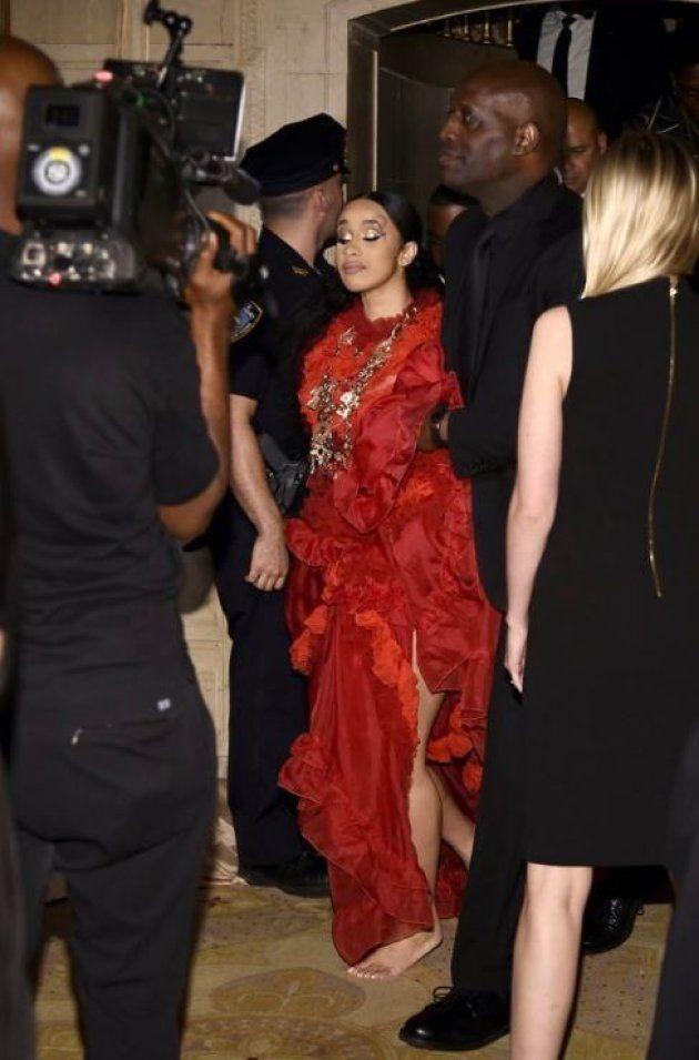 Cardi B qui la soirée organisée par Harper's Bazaar pieds nus après sa bagarre avec Nicky