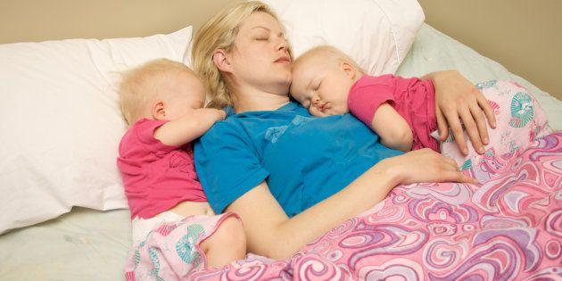 Je croyais que les enfants pouvaient s'endormir tout seuls, mais ça c'était avant d'avoir des jumeaux.