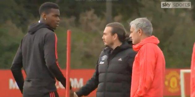 Paul Pogba et José Mourinho dans la vidéo capturée ce mercredi 26 septembre lors d'un entraînement de...