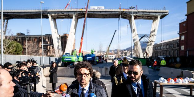 Le ministre des transports italien s'exprime devant la presse au moment où commence le démantèlement...
