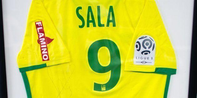 Un maillot offert par Emiliano Sala présenté dans le Club Atletico et Social San Martin, où le joueur...