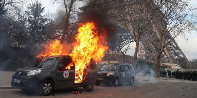 Un véhicule de l'opération Sentinelle contre la menace terroriste a été incendiée en marge de l'acte...