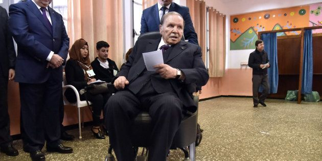 Abdelaziz Bouteflika dans un bureau de vote d'Alger pour des élections locales le 23 novembre