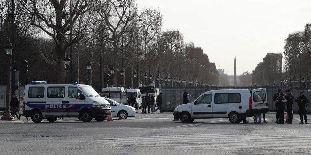 Des fourgons de police positionnés sur les Champs-Élysées à Paris le 9 février