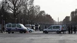 Un fourgon pénitentiaire visé par des manifestants à Paris lors de l'acte