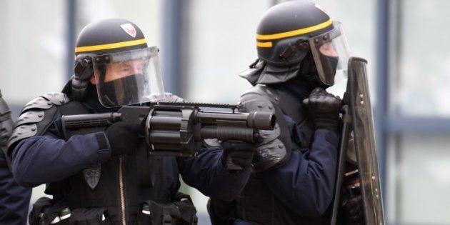 Des policiers avec un lance-grenades anti-émeutes lors de l'acte XIII des gilets jaunes le 9 février...