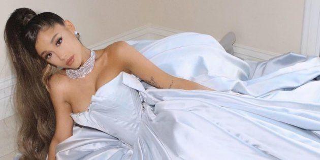 Ariana Grande a posé avec une robe signée Zac