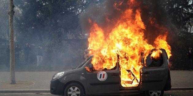 Un véhicule de l'opération Sentinelle a été incendié près de la Tour Eiffel, un acte condamné par le