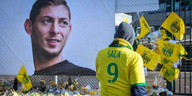 Un supporter devant un lieu d'hommage à Emiliano Sala avant Nantes-Nîmes le 10 février