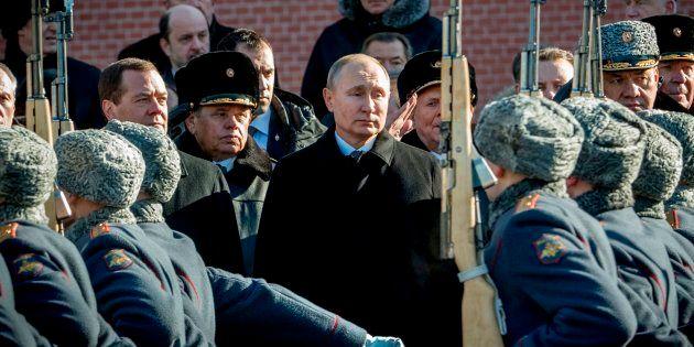 Le Premier ministre Dmitri Medvedev (à gauche), le Président russe Vladimir Poutine et le ministre de...