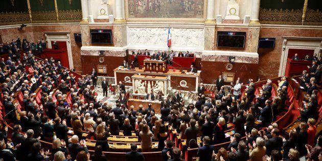 Les députés applaudissant à l'arrivée des présidents des différents groupes parlementaires au début de...