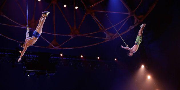 Yann Arnaud (à gauche) lors d'une représentation du Cirque du Soleil en