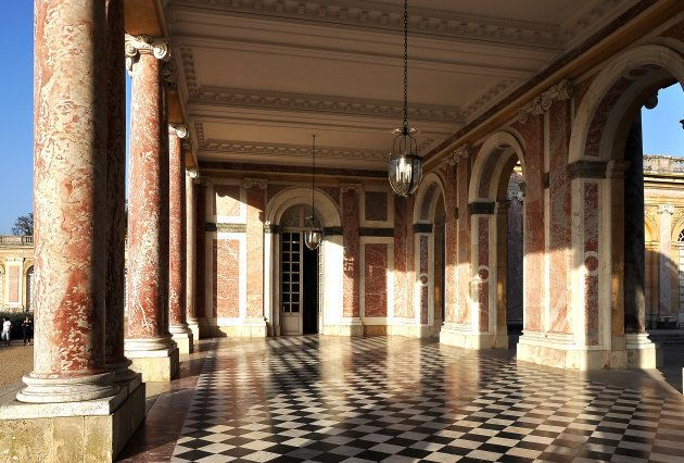 Le Grand Trianon du château de Versailles, constitué de marbre rouge du