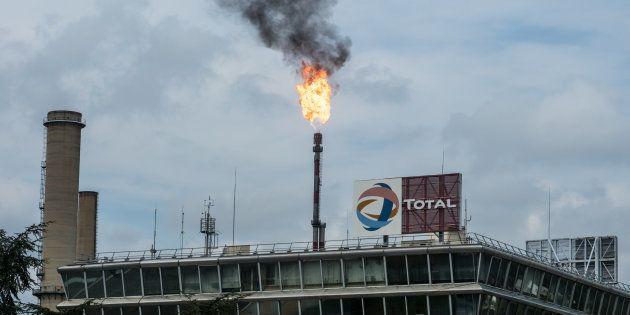 Dégazage à la raffinerie Total de Feyzin, près de Lyon, le 17 août