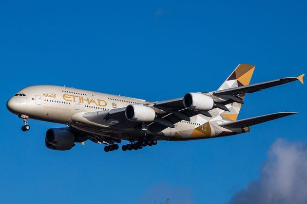Un Airbus A380 atterrissant à l'aéroport d'Heathrow à