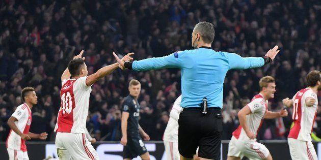 Damir Skomina, l'arbitre du huitième de finale aller de la Ligue des Champions 2019 entre l'Ajax Amsterdam...