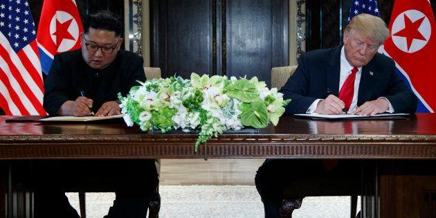 Kim Jong-un et Donald Trump signent leur premier texte d'accords le 6 juin 2018 lors de leur première...