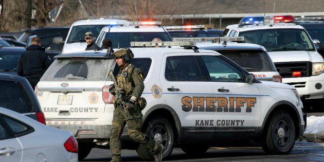 Forces de l'ordre à la recherche du suspect à
