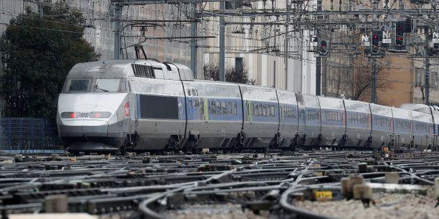 Un TGV arrivant à l gare Montparnasse à Paris le 10 mars