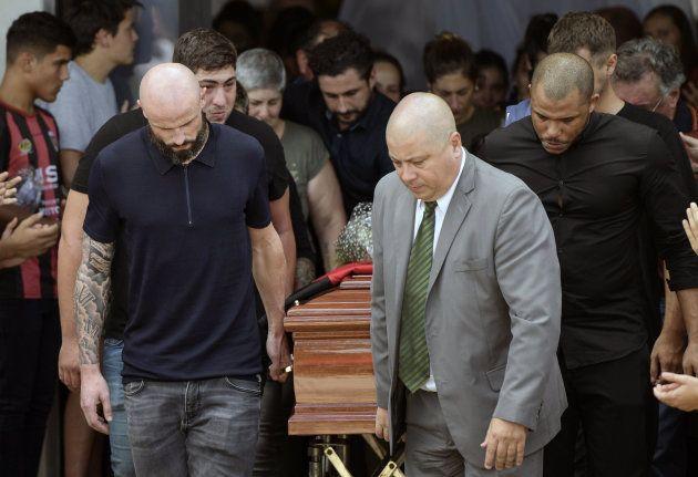 Le défenseur de Nantes Nicolas Pallois et les proches d'Emiliano Sala portent son