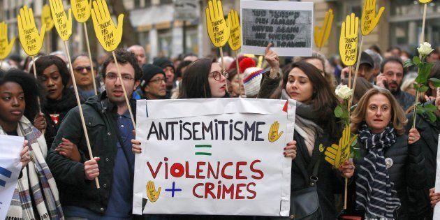 Des manifestants durant une marche silencieuse contre l'antisémitisme en hommage à Mireille Knoll, le...