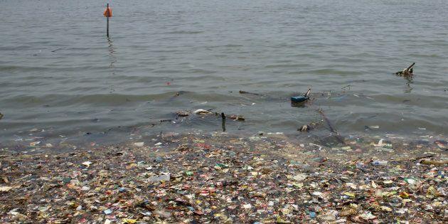 Des déchets plastiques près d'une côte de Jakarta, en mars 2018 (photo