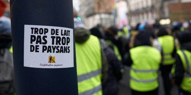 Lors de l'acte XII des gilets jaunes à Toulouse, un slogan de la Confédération paysanne dont certains...