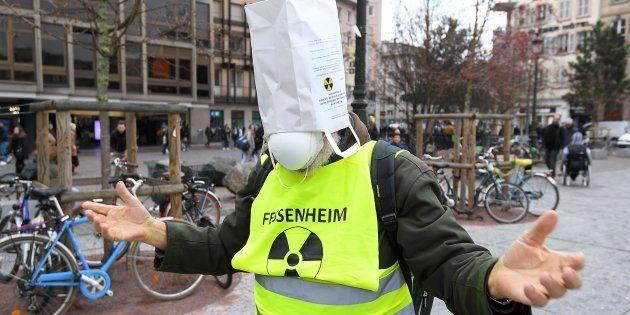 Un manifestant réclame la fermeture de la centrale nucléaire de Fessenheim, le 3 février 2018 à