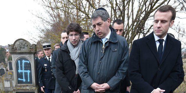 Emmanuel Macron examinant des tombes vandalisées lors d'une visite au cimetière juif de Quatzenheim (Bas-Rhin)...