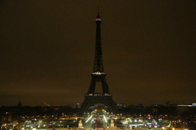 Drapeaux en berne à la mairie de Trèbes, tour Eiffel éteinte... les hommages aux victimes en