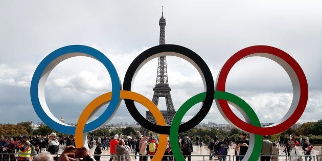 Les anneaux olympiques célébrant le choix de Paris pour les Jeux olympiques 2024, devant la Tour Eiffel...