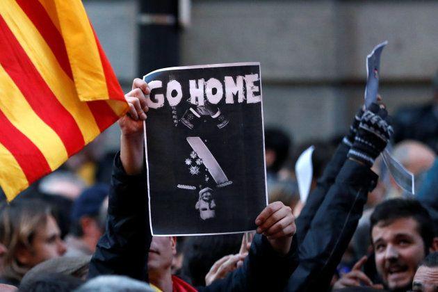 Les manifestants hostiles au Roi Felipe