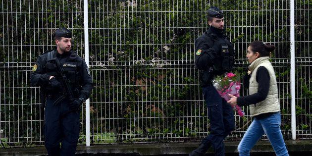En hommage à Arnaud Beltrame, les fleurs s'accumulent devant le groupement de gendarmerie de