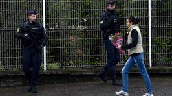 Les fleurs s'accumulent devant la gendarmerie de l'Aude en hommage à Arnaud