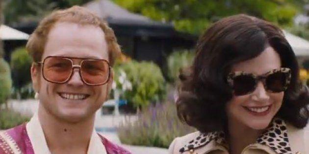 Taron Egerton (à gauche) jouant Elton John